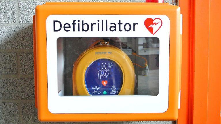Дефибрилляторы в общественных местах в России могут спасать 25–30 тыс жизней ежегодно
