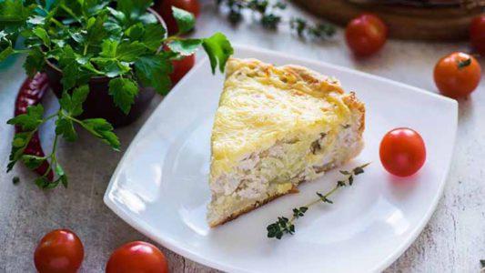 Открытый пирог с курицей и картофелем под сырной корочкой