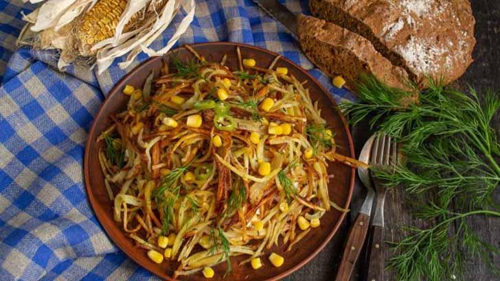 Оригинальный салат «Муравейник» с колбасой и кукурузой