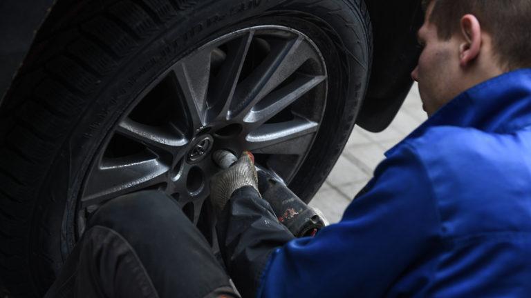 Автолюбителям Московского региона посоветовали начать менять зимнюю резину на летнюю