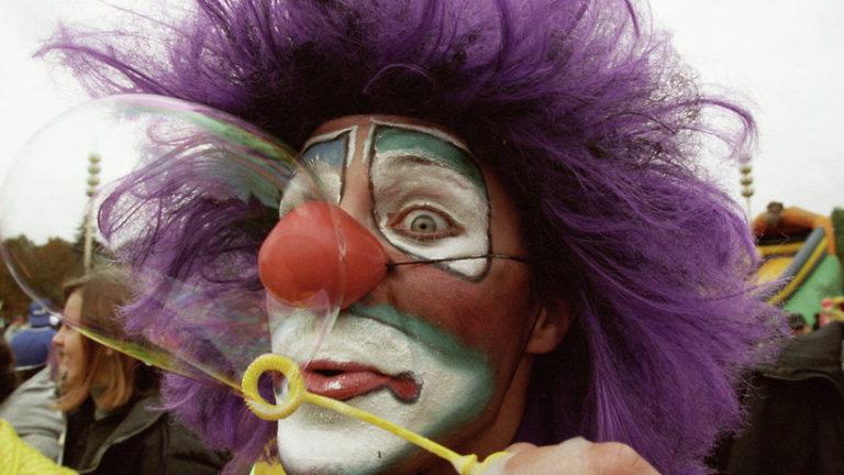 Пассажирам московского метро раздадут красные клоунские носики в честь Дня цирка