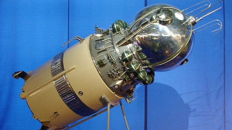 Технологическую модель советского корабля «Восток» доставили на ВДНХ из Королева