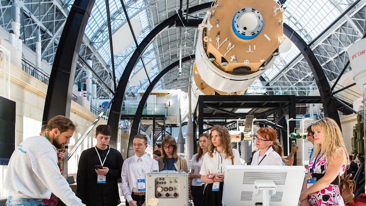 День космонавтики на ВДНХ: выиграть космические часы и попробовать вкусные планеты