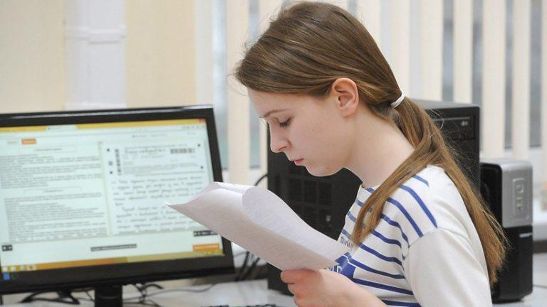 Школьники Подмосковья досрочно сдали ЕГЭ по иностранным языкам, физике и биологии