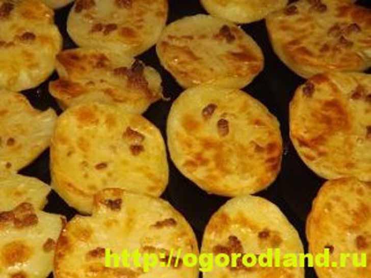 Запеченная картошка с чесноком в духовке