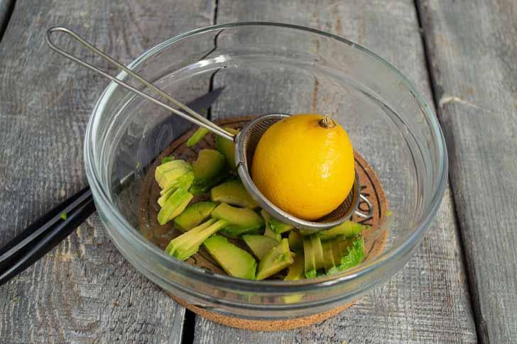 Поливаем авокадо свежевыжатым соком лимона