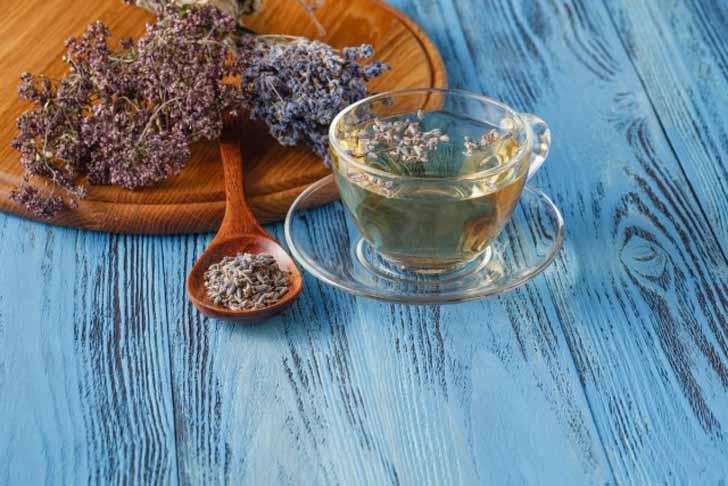 Лавандовый чай пьют теплым, мелкими глотками перед сном