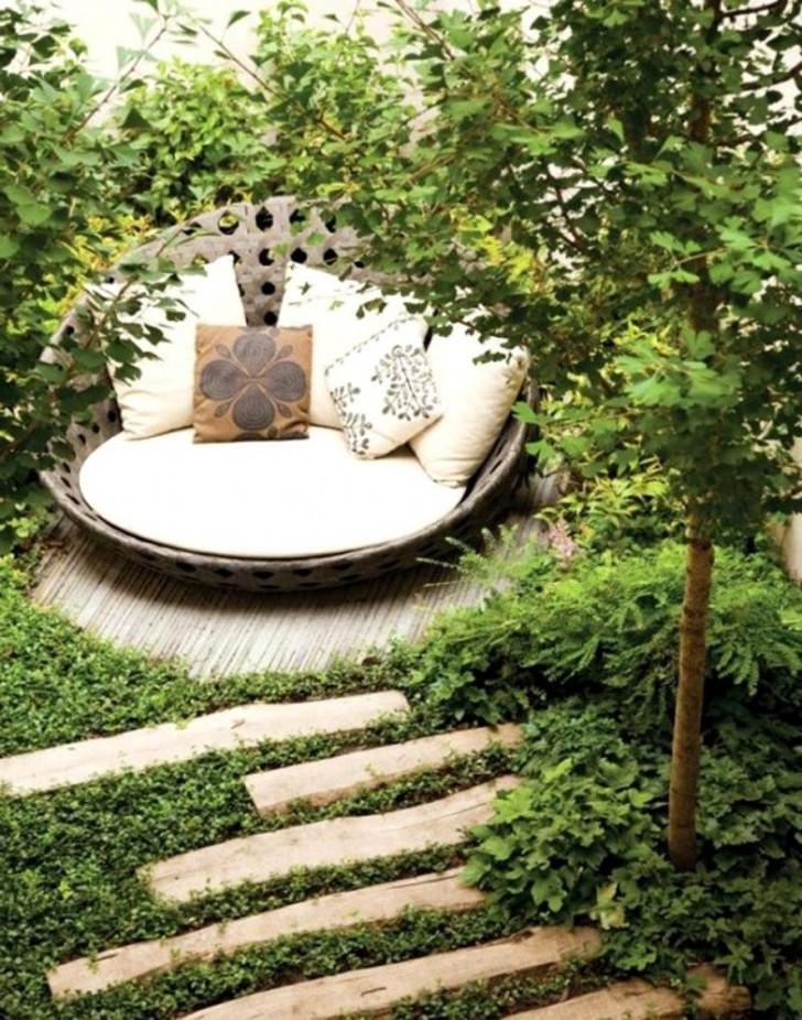 Укромный тихий уголок в саду. © interiorspace