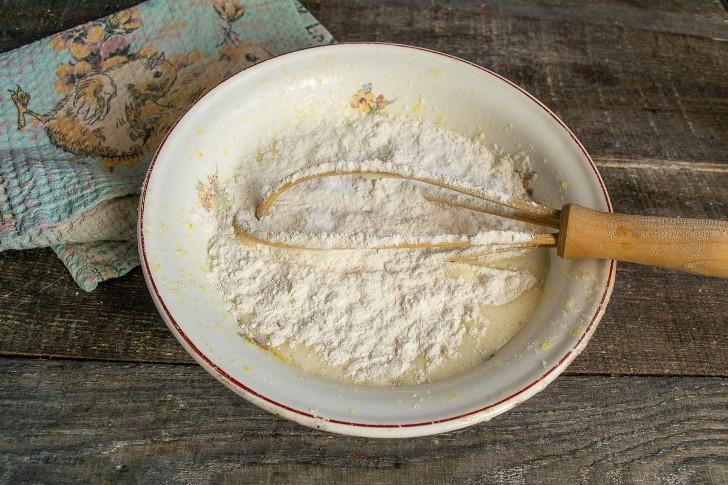 Смешиваем муку с содой, просеиваем, добавляем к жидким ингредиентам и замешиваем тесто