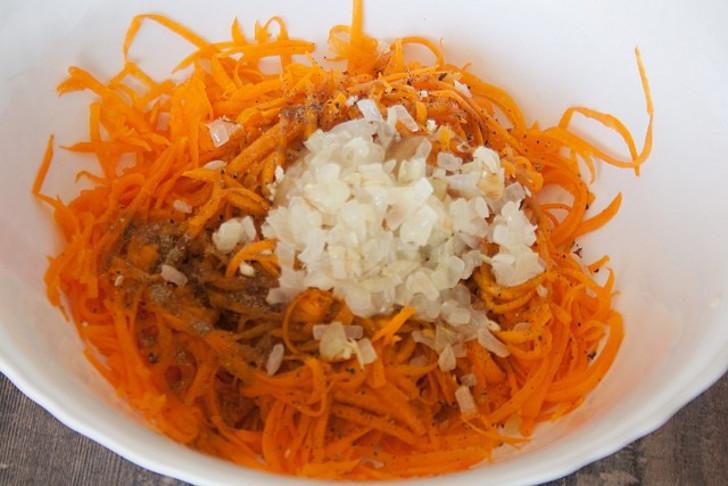 Слегка припускаем лук, добавляем в салат вместе с маслом и перемешиваем