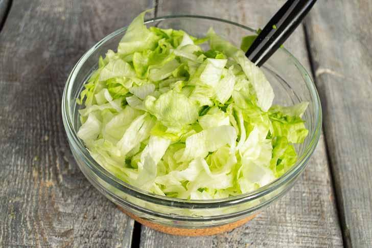 Добавляем нарезанный салат «Айсберг»