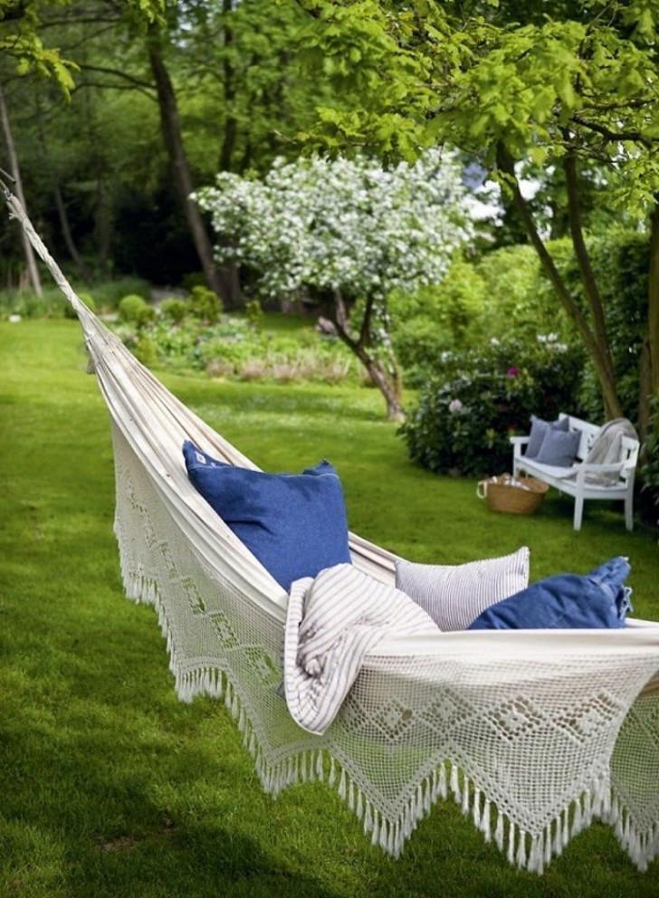 Гамак в саду. © heatherbyrd