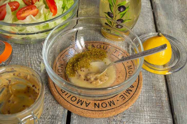Выжимаем в миску с. л. лимонного сока, добавляем щепотку морской соли, зерновую горчицу и приправу