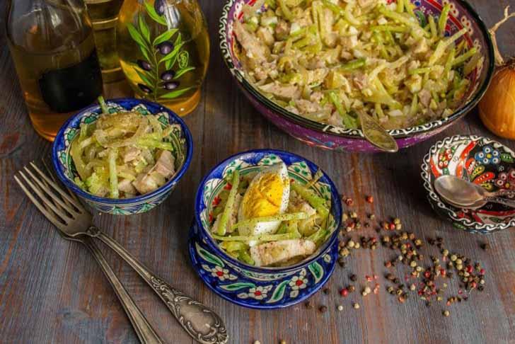 Украшаем салат «Узбекистан» ломтиками варёного яйца. Готово!