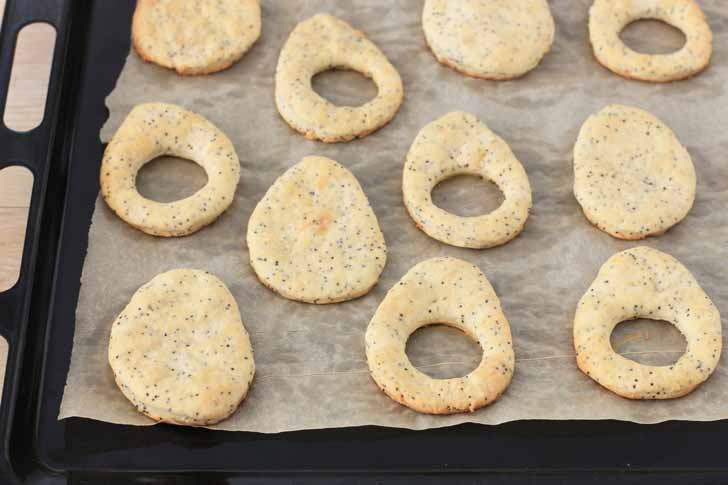 Выпекаем печенье при 180 градусах 10-12 минут и даём охладиться