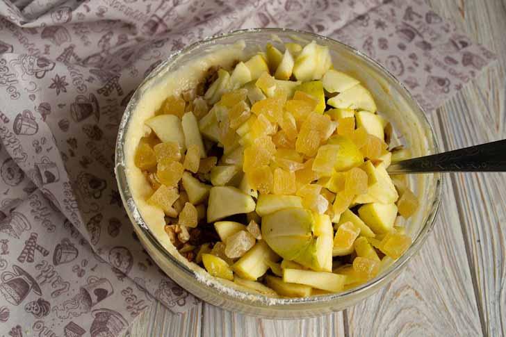 Добавляем нарезанные кубиками цукаты из ананаса