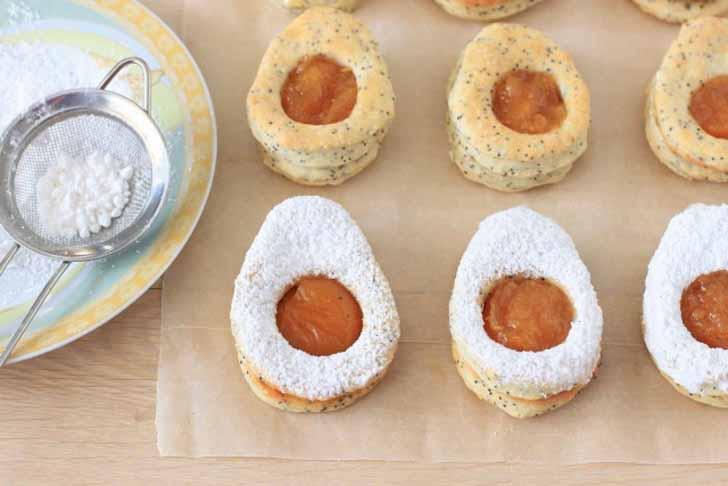 Присыпаем творожное печенье сахарной пудрой, не затрагивая «желток»