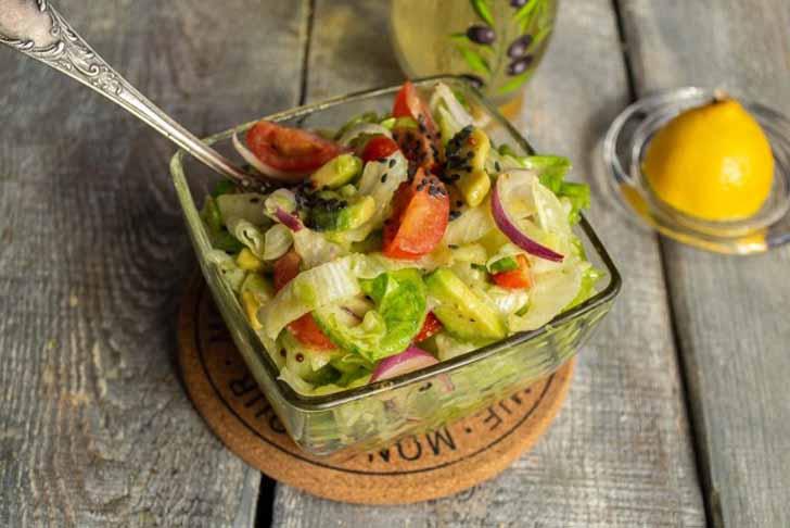 Постный салат с авокадо готов. Приятного аппетита!