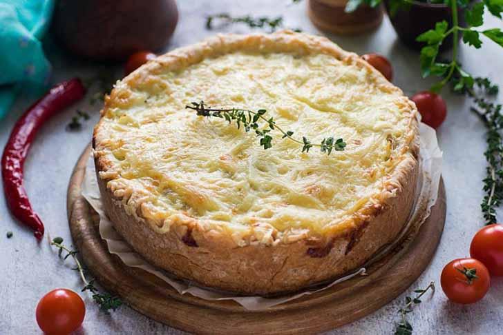 Открытый пирог с курицей и картофелем готов. Приятного аппетита!