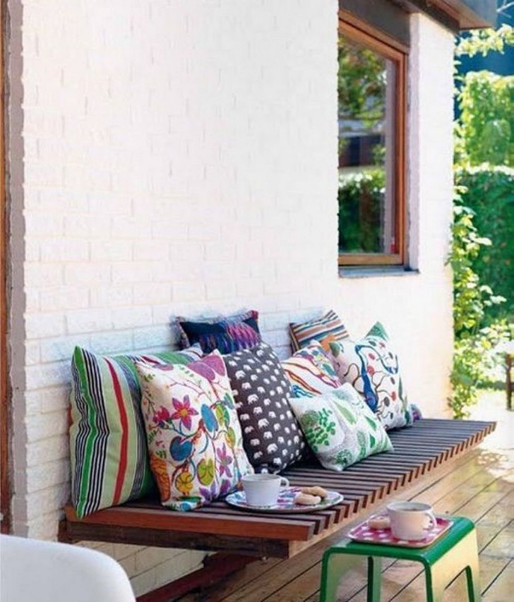 Деревянная скамья, прикреплённая к стене. © Jutarnji