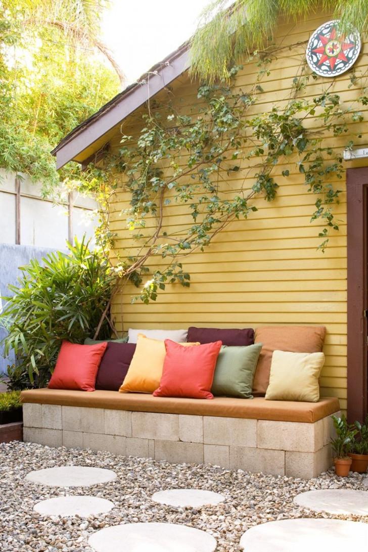 Придомовая скамейка из блоков. © bhg