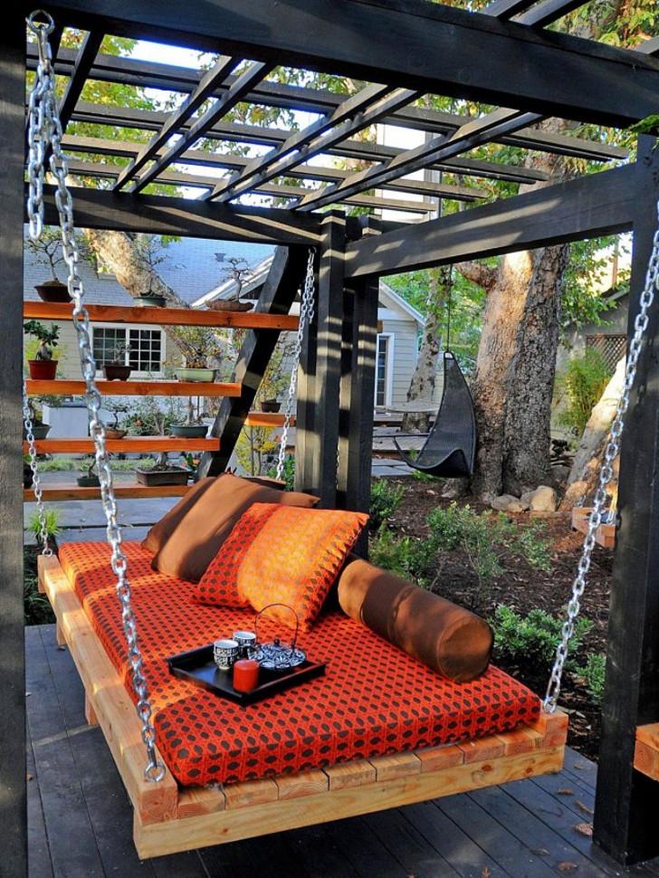 Подвесной диван-кровать. © HappyModern