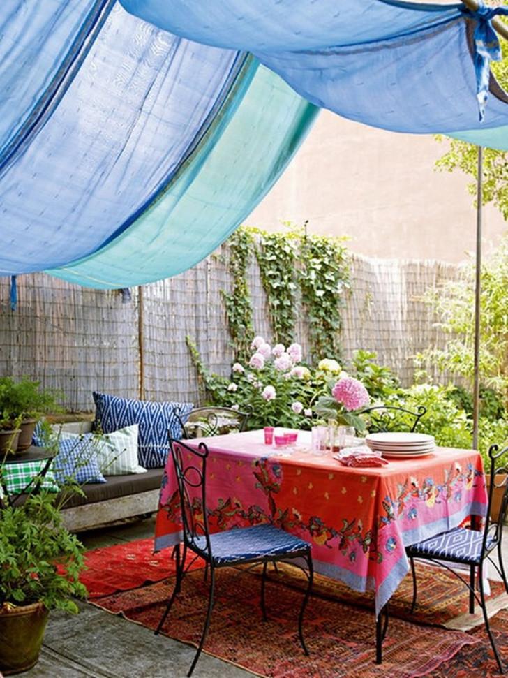 Обеденный стол под навесом из ткани. © Almeriaunion.com