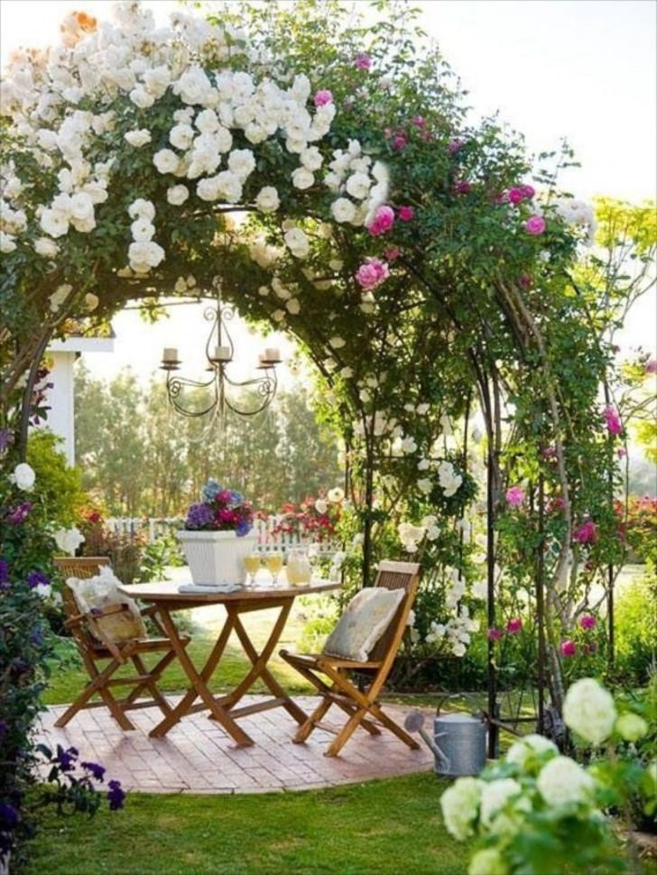 Обеденный стол под цветочной аркой. © The Bees Knees