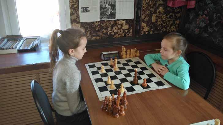 Шахматы. Играют юные