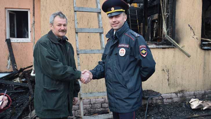 Сотрудник подразделения спас пенсионера во время пожара