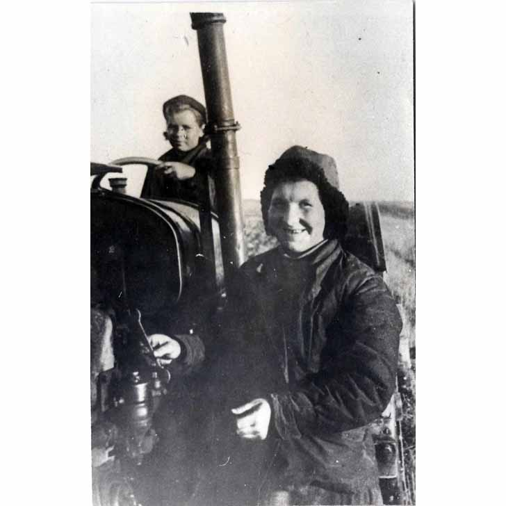Прасолова (Тихомирова) Анастасия Павловна (1920–1979 гг.), бригадир первой в Подмосковье женской тракторной бригады (1)