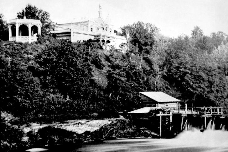 Вид на плотину и Майдановский дом