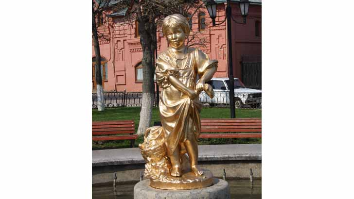 Фотофакт: скульптура Девочка-грибница вернулась на свое место в центре фонтана на Советской площади