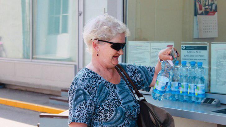 Пассажирам электричек Ленинградского направления раздают прохладную воду