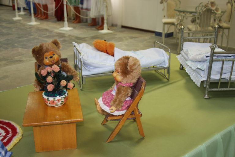 Бумажный противогаз и кукла из опилок