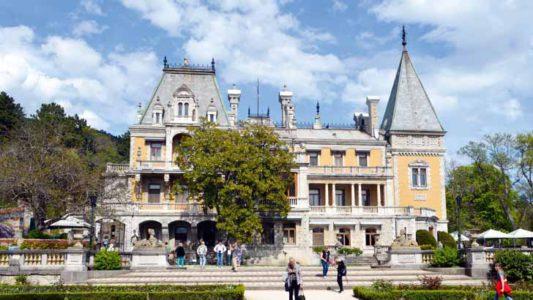 Крым богат дворцами самых разных стилей. / фото Алексея Сокольского