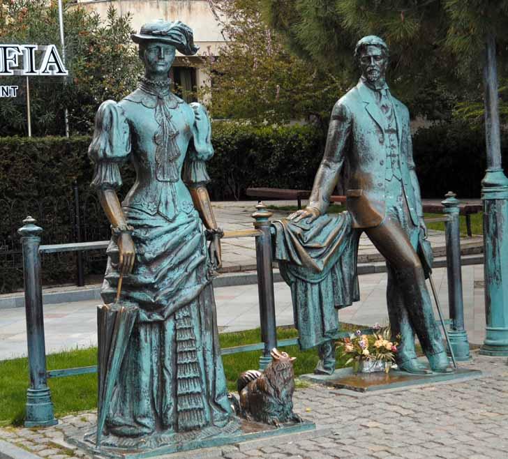 Кого только не встретишь на набережной Ялты! Например, даму с собачкой. / фото Алексея Сокольского