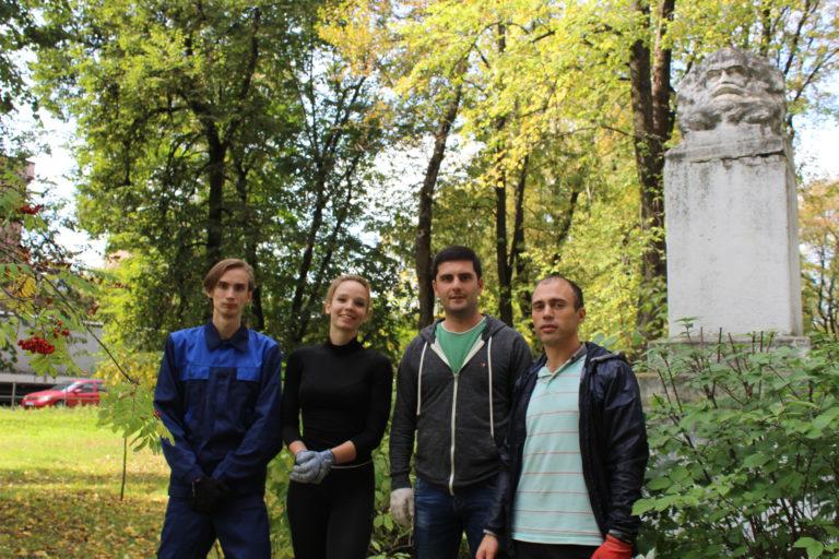 Клинчане навели порядок у памятника Марксу