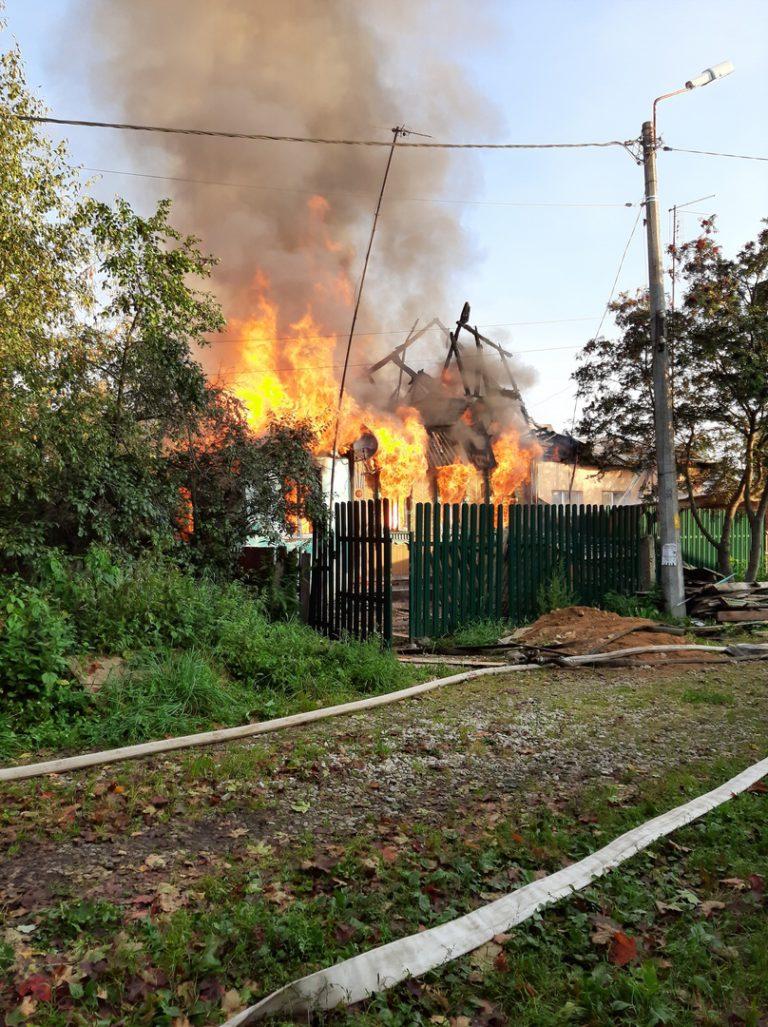 На улице Решетова сгорел дом