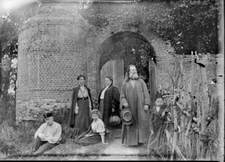 Прадед П.И., слева Иван, Татьяна (жена Ивана), Шура, Мария Ив., справа Валентин -1908 г