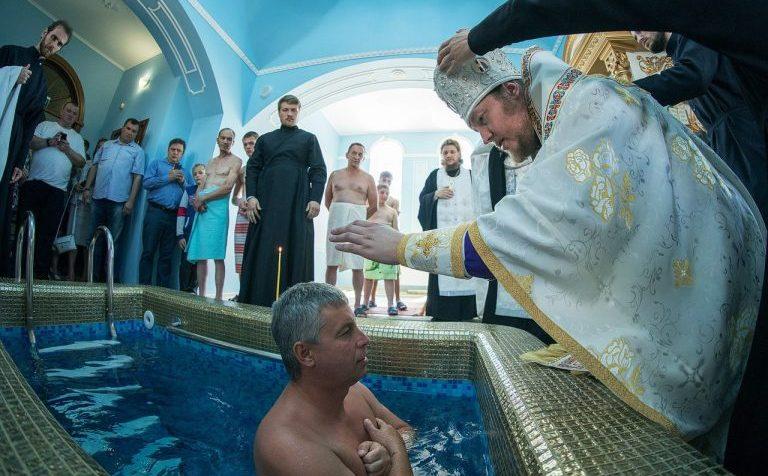 РПЦ разрешила крестить под именами Джон и Жанна