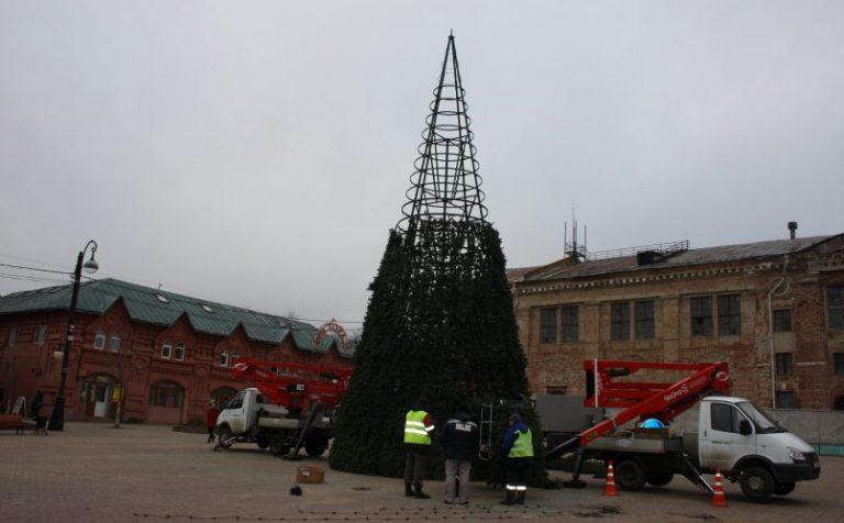 В Клину устанавливают новогоднюю ёлку на Соборной площади