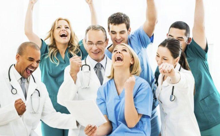 Депутаты Госдумы предлагают установить базовую ставку зарплаты учителям и медикам не менее двух МРОТ