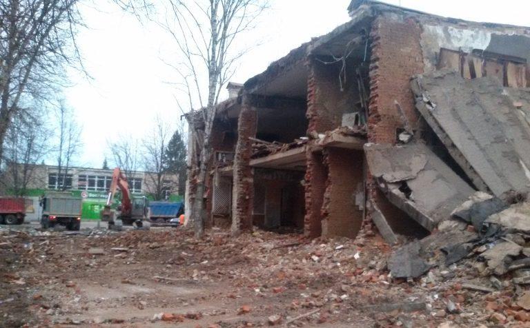 В Жилсекторе сносят опасное аварийное здание клуба