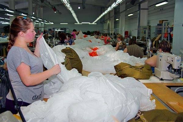 Помимо парашютов, спецзаводы будут шить защитные маски