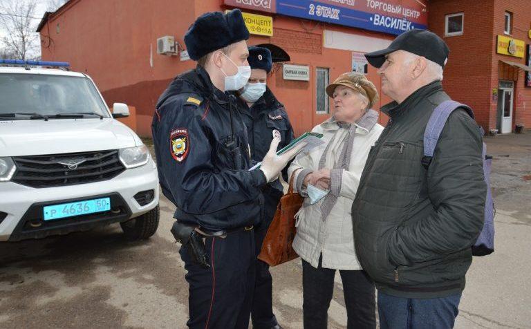 полицейские беседуют с жителями