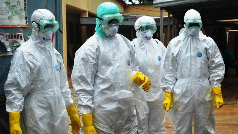 Только недельный запас защитных костюмов для медиков есть в Подмосковье