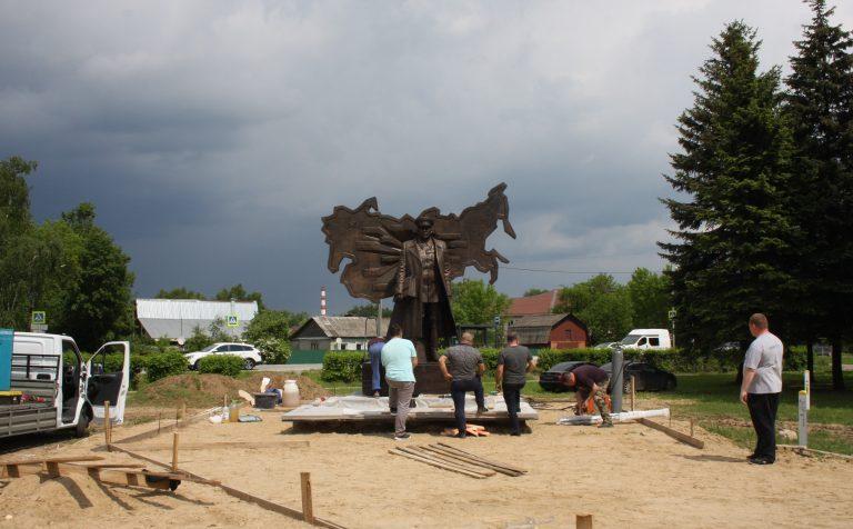 В Клину установили памятник наркому Звереву