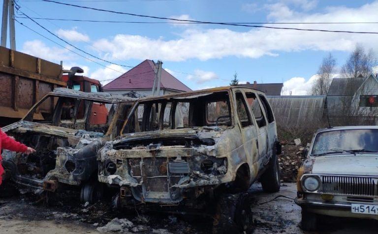 В Солнечногорске подожгли сразу четыре машины
