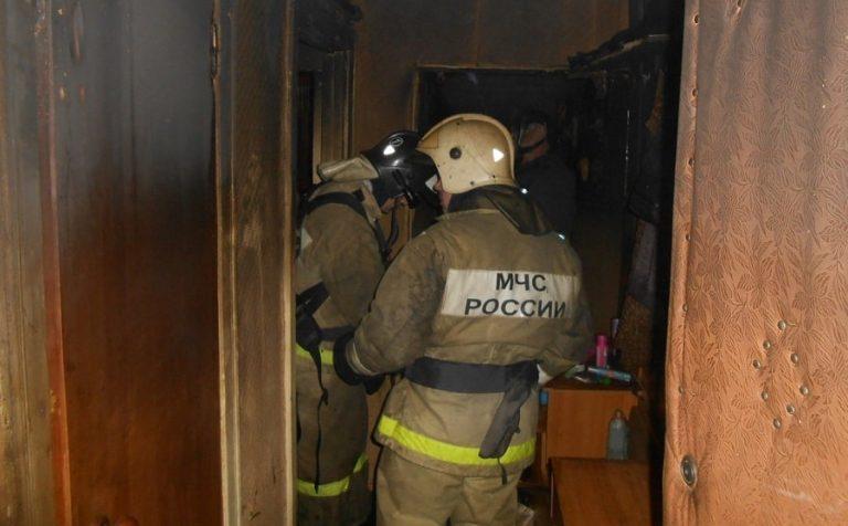 Горящую квартиру в подмосковном Клину тушили 15 пожарных